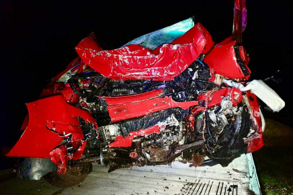 Autofahrer (27) kracht gegen Baum und stirbt