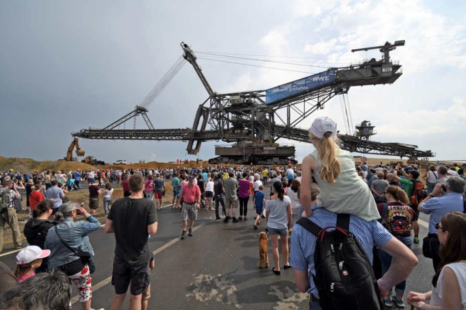 Zuschauer verfolgten die langsame Fahrt des RWE-Absetzers.