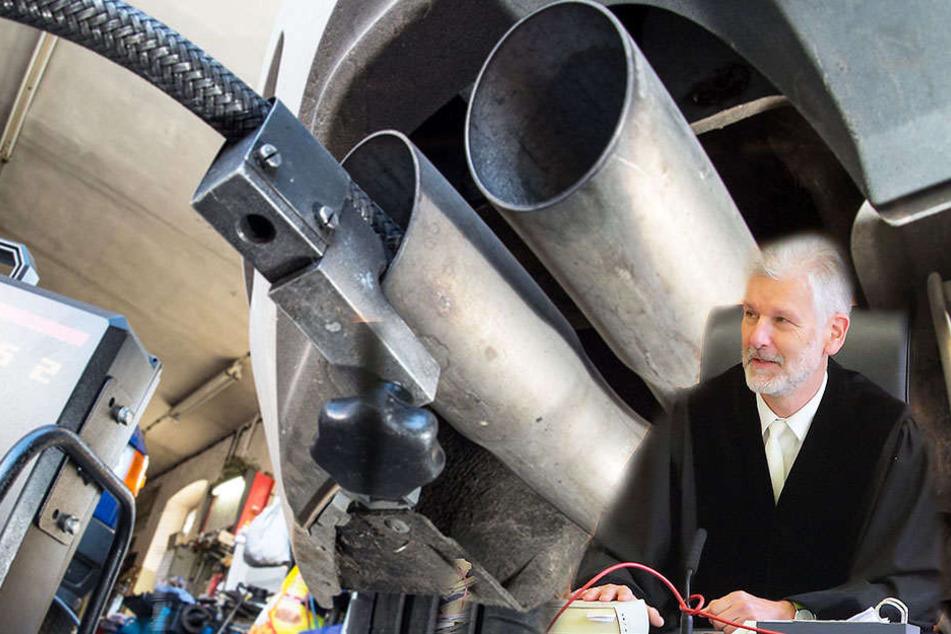 Ein Messschlauch wird für die Abgasuntersuchung in das Auspuffrohr eines VW Golf 2.0 TDI geschoben.