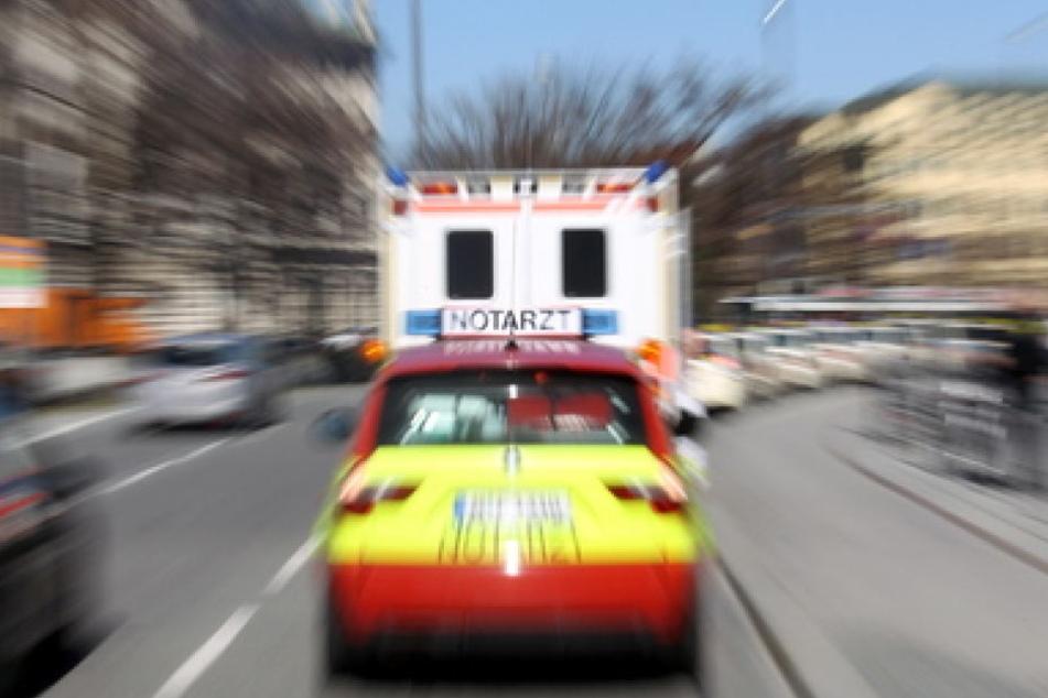 Der Verletzte Mann aus Paderborn ist noch an der Unfallstelle durch einen Notarzt versorgt worden. (Symbolbild)