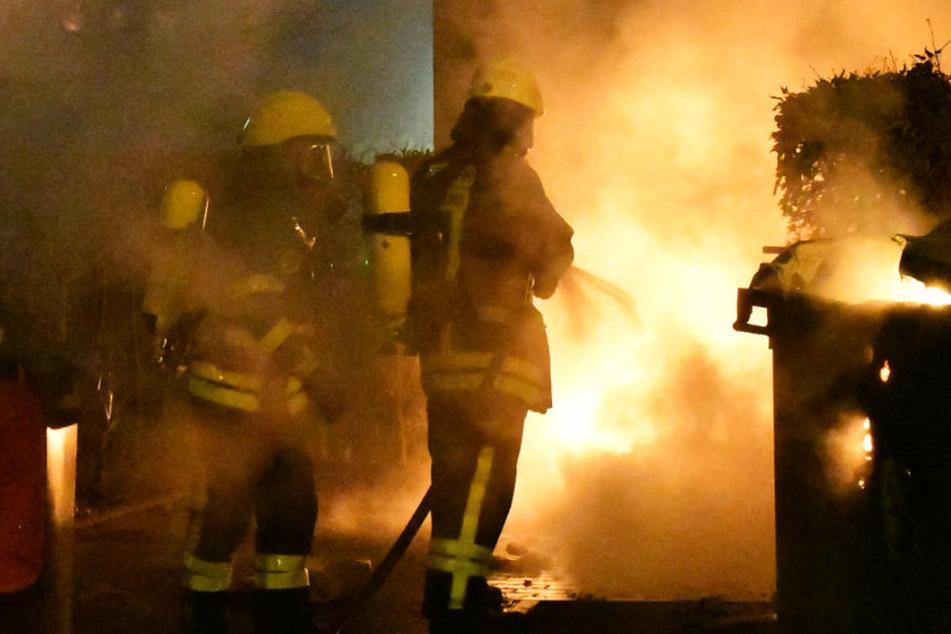 Die Feuerwehr löscht einen lichterloh brennenden Müllhaufen.