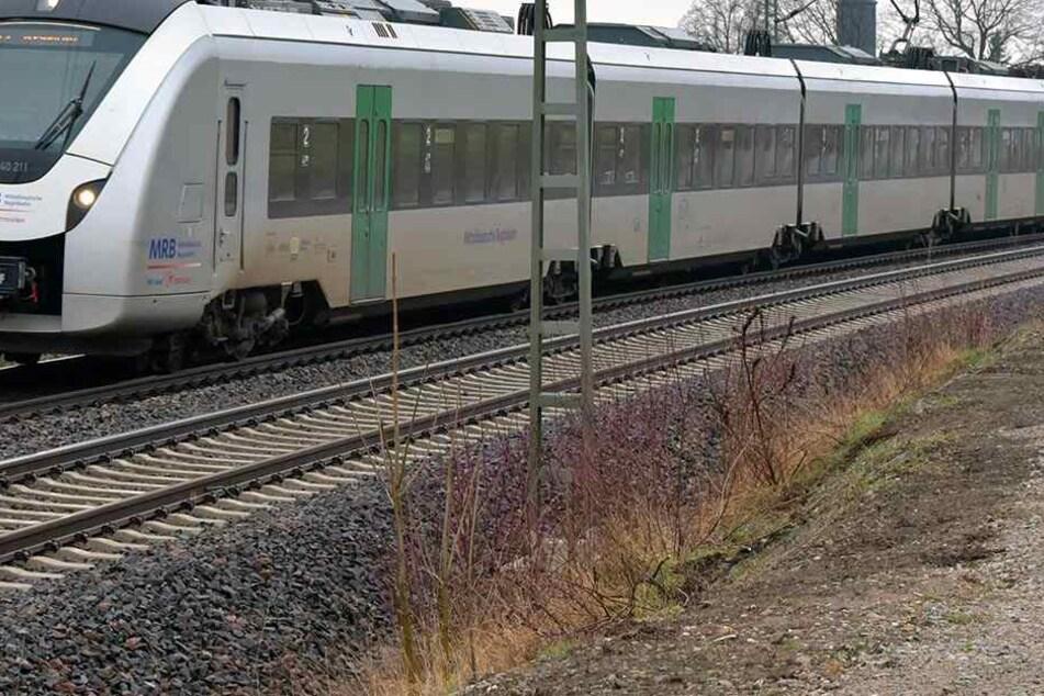 In einem Zug der Mitteldeutschen Regiobahn gingen zwei Männer auf den Schaffner los.