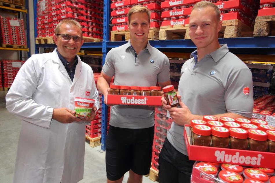 Nudossi-Chef Thomas Hartmann (47, l.) versorgt seine Sporthelden Nico Walther  (27) und Francesco Friedrich (27) mit einer Palette Nusscreme.