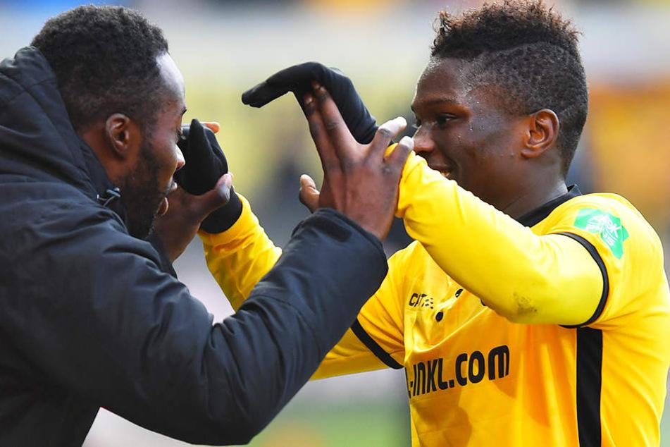 Die Zeit muss sein: Torschütze Mousa Koné (r.) rannte nach seinem Treffer zur Ersatzbank und klatschte mit Kumpel Erich Berko ab, der später eingewechselt wurde.