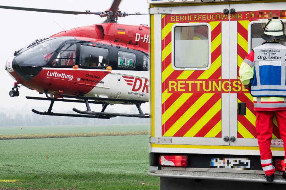 Rettungskräfte sind vor Ort, ein Hubschrauber wurde ebenfalls angefordert (Symbolbild).