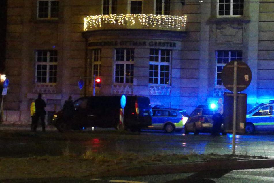 """An der Straßenbahn-Haltestelle """"Neues Rathaus"""" geschah das Unglück: Ein Auto übersah zwei Passanten und kollidierte mit diesen."""