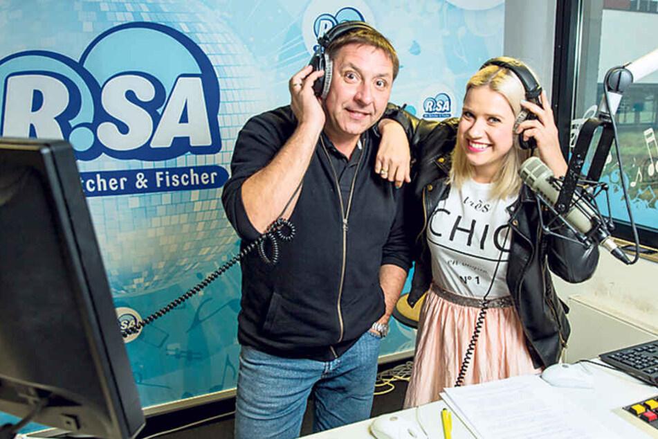 Wochentags schmeißt Thomas Böttcher (51) die R.SA-Hörer ab 5 Uhr morgens aus  den Betten, hier mit Kollegin Lena (33) am Mikro.