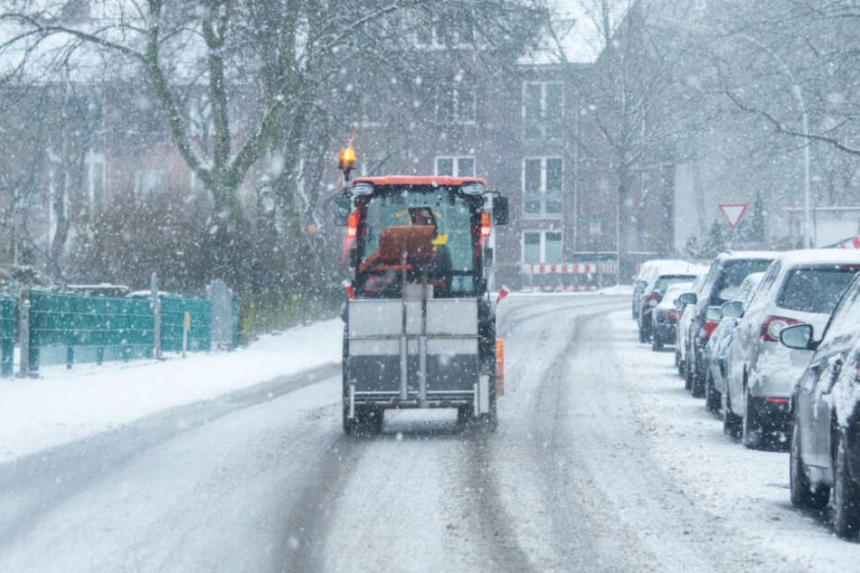 Ein Fahrzeug der Stadtreiningung räumt den Schnee von der Straße.