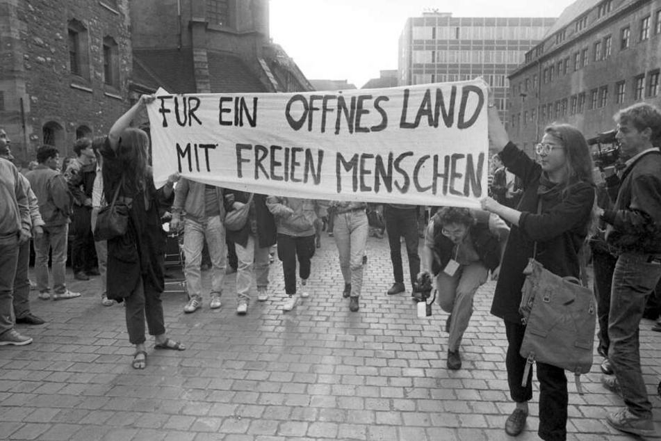 """""""FÜR EIN OFFNES LAND MIT FREIEN MENSCHEN"""" - Katrin Hattenhauer (rechts im Bild) entfaltete das Transparent am 4. September 1989 gemeinsam mit Gesine Oltmanns auf dem Nikolaikirchhof."""