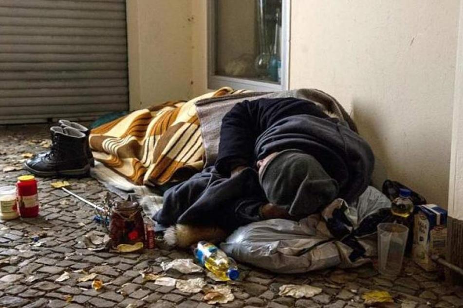 Schutz vor Kälte gesucht: Obdachlose macht Feuer und verbrennt