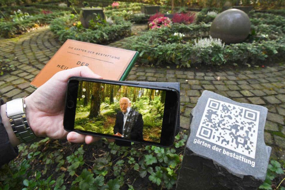 Auf dem Friedhof erklären mit dem Mobiltelefon lesbare QR Codes die Grabstätten und Anlagen.