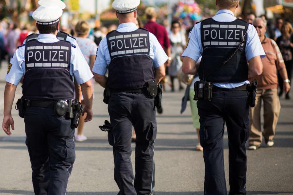 Polizisten gehen über das Gelände des Frühlingsfestes. (Symbolbild)