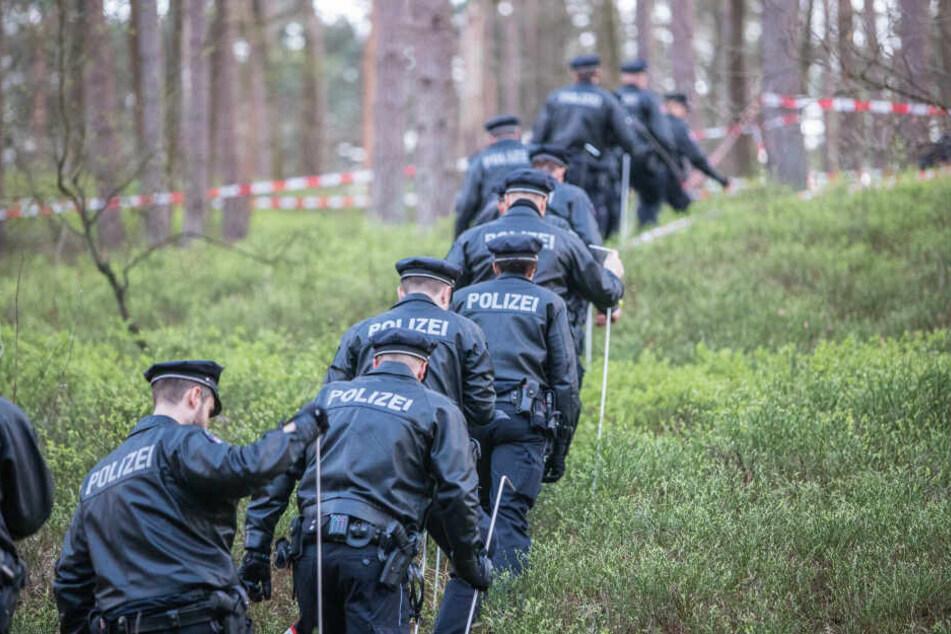Beamte der Polizei durchkämmen das Gelände.