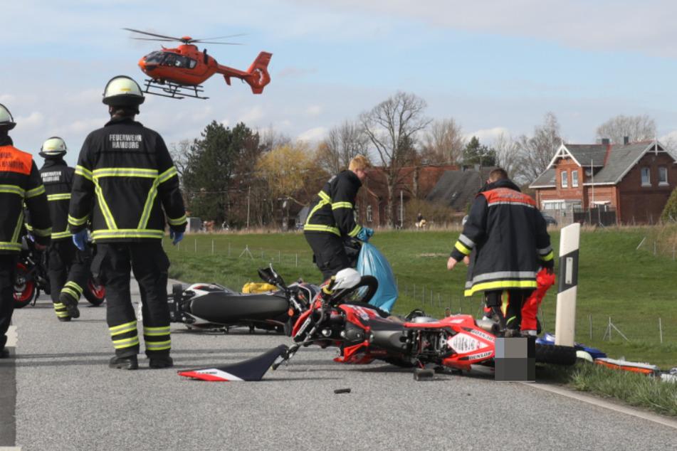 Die Maschinen der Biker liegen auf der Straße, ein Rettungshubschrauber fliegt die Verletzten in eine Klinik.