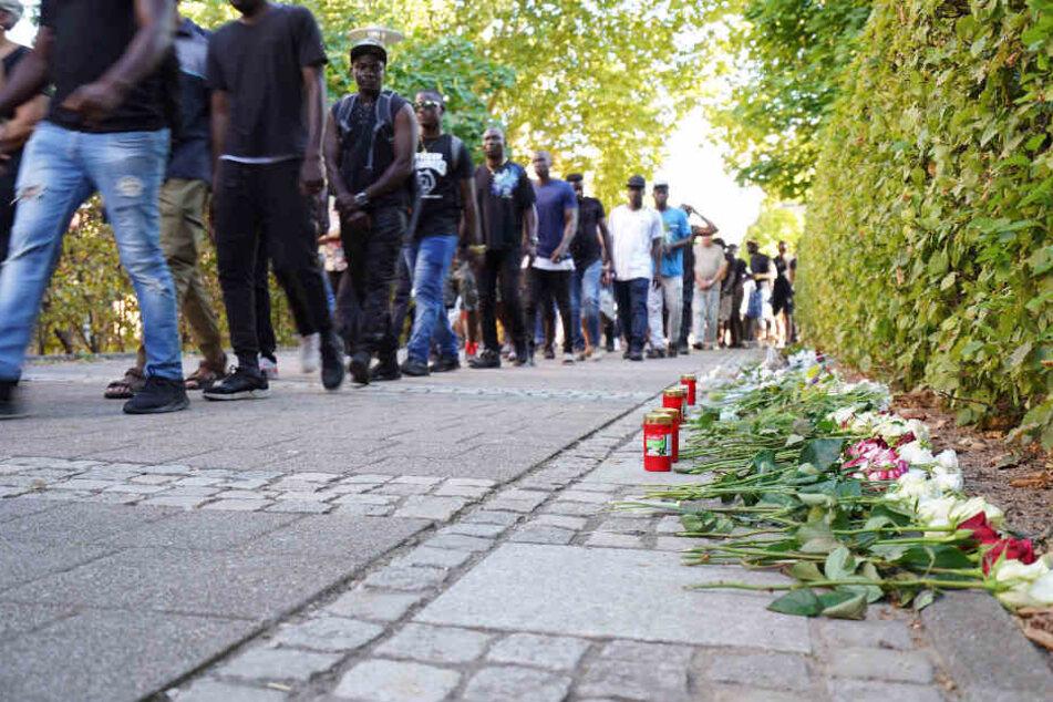 Rund eine Woche nach den tödlichen Messerstichen gab es einen Trauermarsch für den getöteten Arzt. Dieser begann an einer Asylunterkunft, rund 130 Menschen nahmen teil.