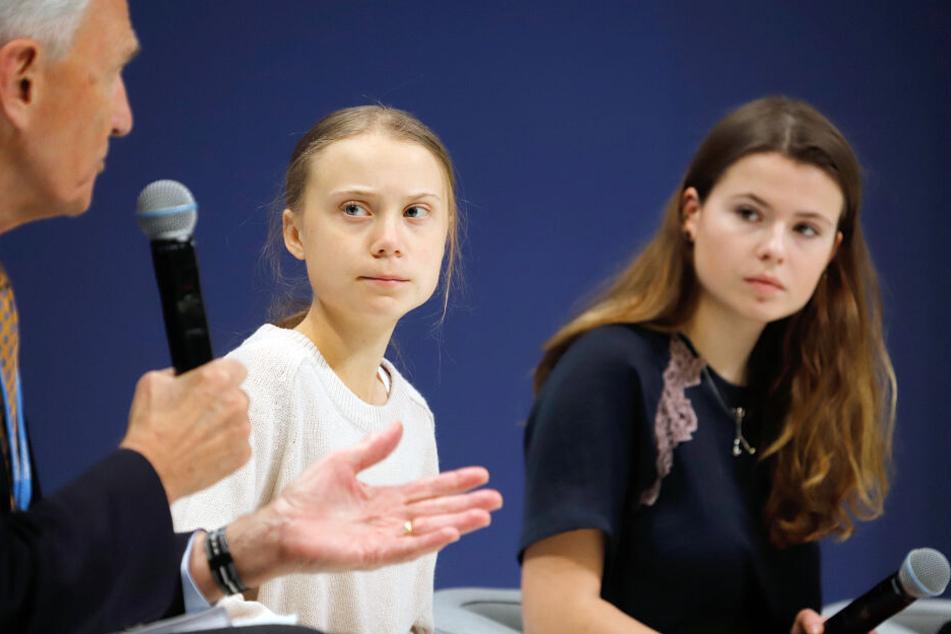 Luisa Neubauer (r), deutsche Klimaschutzaktivistin, und Greta Thunberg, schwedische Klimaschutzaktivistin, bei der UN-Klimakonferenz bei einer Veranstaltung.
