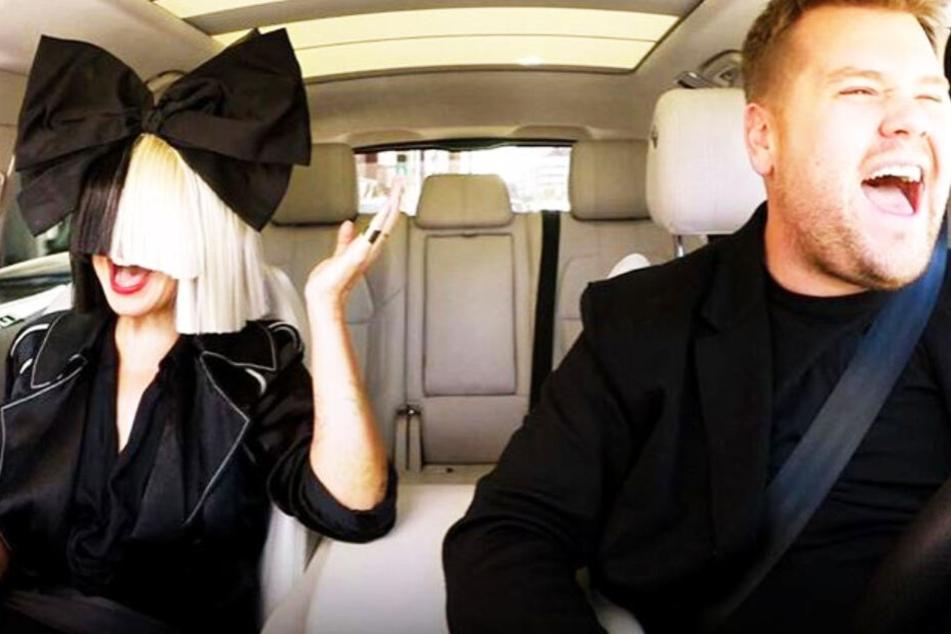 "Sia sang bereits im Carpool-Karaoke der ""Late Late Show"" - natürlich mit Perücke."