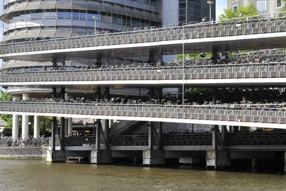 Eines der größten Fahrradparkhäuser der Welt steht am Amsterdamer Hauptbahnhof.