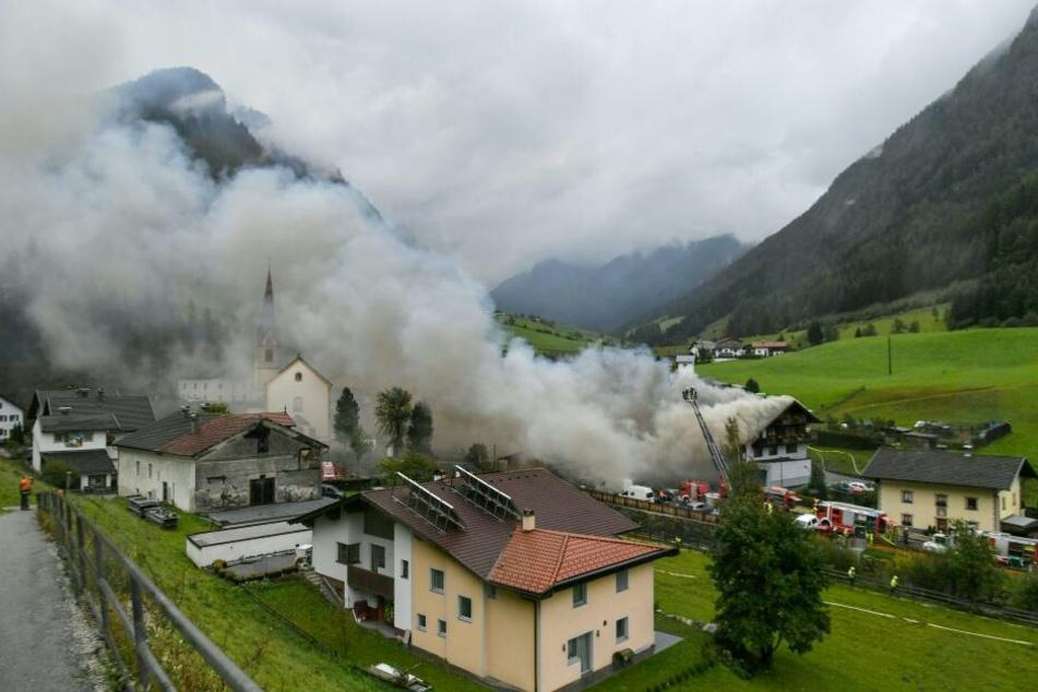Eine Rauchwolke steigt über dem Gebäude in St. Jodok auf.