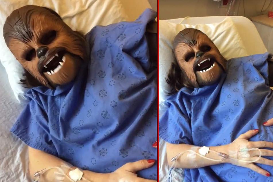 Frau trägt Chewbacca-Maske während sie ihr Kind kriegt