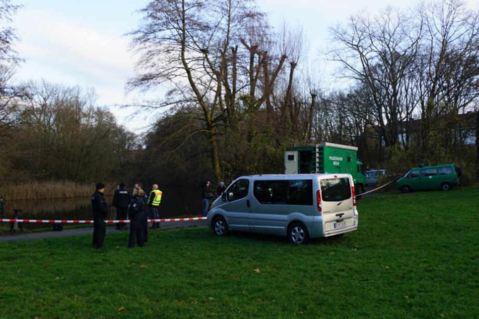 In der Fulhamer Allee in Britz sperrte die Polizei das Gewässer ab.