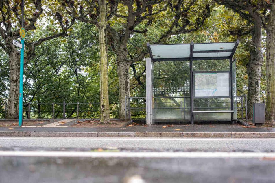 Die Tat ereignete sich an einer Bushaltestelle in Ravensburg. (Symbolbild)