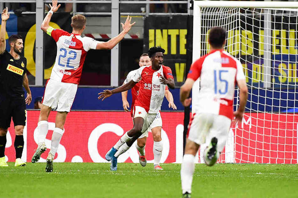 Prags Stürmer Peter Olayinka rastet nach seinem Treffer zum 1:0 für Slavia geradezu aus.