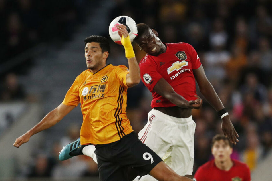 Paul Pogba im Kopfballduell gegen Wolverhamptons Raul Jimenez.