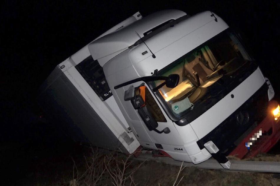 Halb umgekippt blieb das tonnenschwere Fahrzeug in der Leitplanke hängen, drohte eine Böschung hinab zu stürzen.