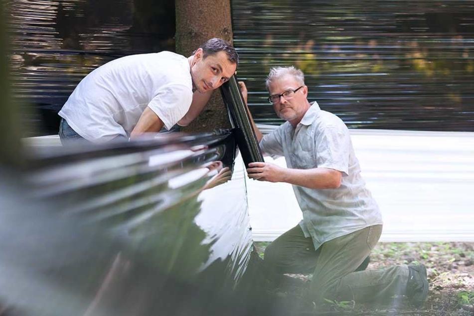 Künstler Glenn West (44, r.) und Helfer Archil Kazarashvili (32) ziehen die letzten Bahnen des Labyrinths ein.