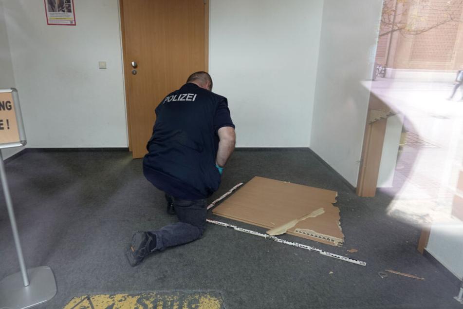 Die Einbrecher verwüsteten das Büro.