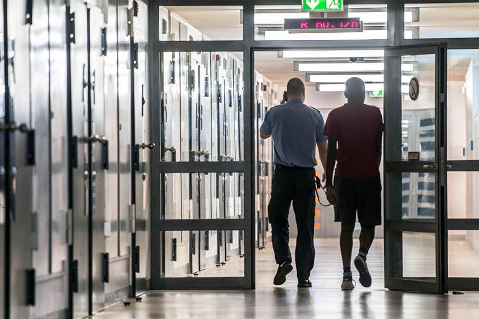 In NRW laufen viele Straftäter trotz Haftbefehls frei rum.