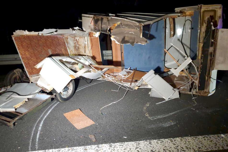 Schwerer Unfall auf A2: Lkw zertrümmert Wohnanhänger