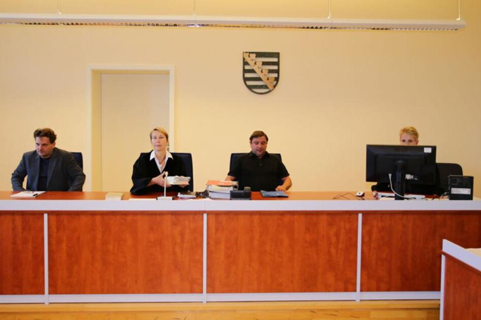 Gleich zu Beginn am Montag lehnte die Verteidigung von K. die Vorsitzende Richterin Ute Fritsch (2. v. l.) wegen der Besorgnis der Befangenheit ab. Die Anklage konnte daraufhin nicht verlesen werden, der Prozess wurde unterbrochen.