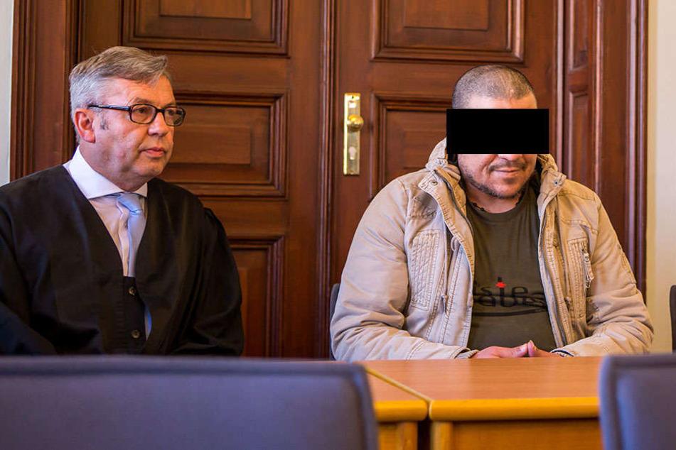 Tötete und zerstückelte zwei Landsleute: Faouzi A. (38, r.) aus Tunesien, hier mit seinem Verteidiger Dr. Malte Heise.