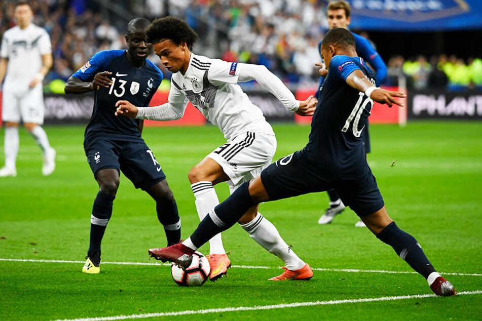 Deutschlands Leroy Sané (M.)machte ein auffälliges Spiel, traf aber oft auch die falsche Entscheidung. Hier setzt er sich allerdings gegen die Franzosen N'golo Kante (l.) und Kylian Mbappé (r.) durch.