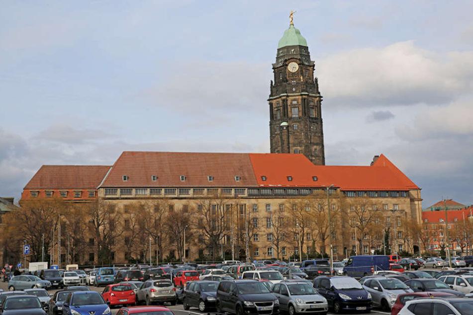 Aktuell können über 400 Autos am Ferdinandplatz in der Nähe des Rathauses  oberirdisch parken.