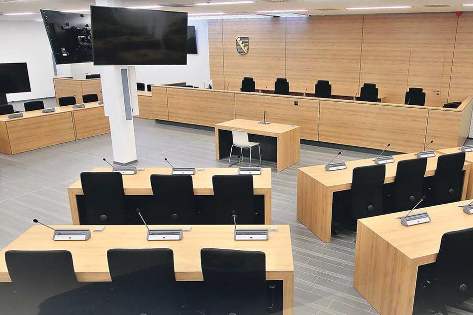 Blick in den eigens für diesen Prozess gestalteten Gerichtssaal. Übrigens  betreut die Opferberatung RAA Sachsen während der Verhandlung alle Opfer der  angeklagten Straftaten.