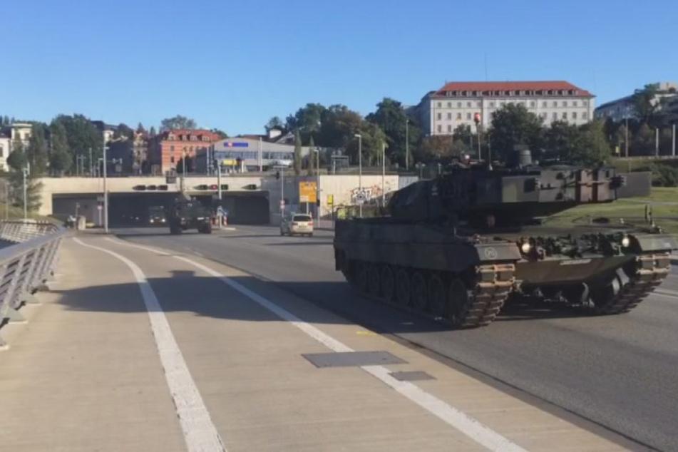 Eine Militärkolonne mit schweren Panzern rollte am Sonntagmorgen über die Waldschlößchenbrücke.