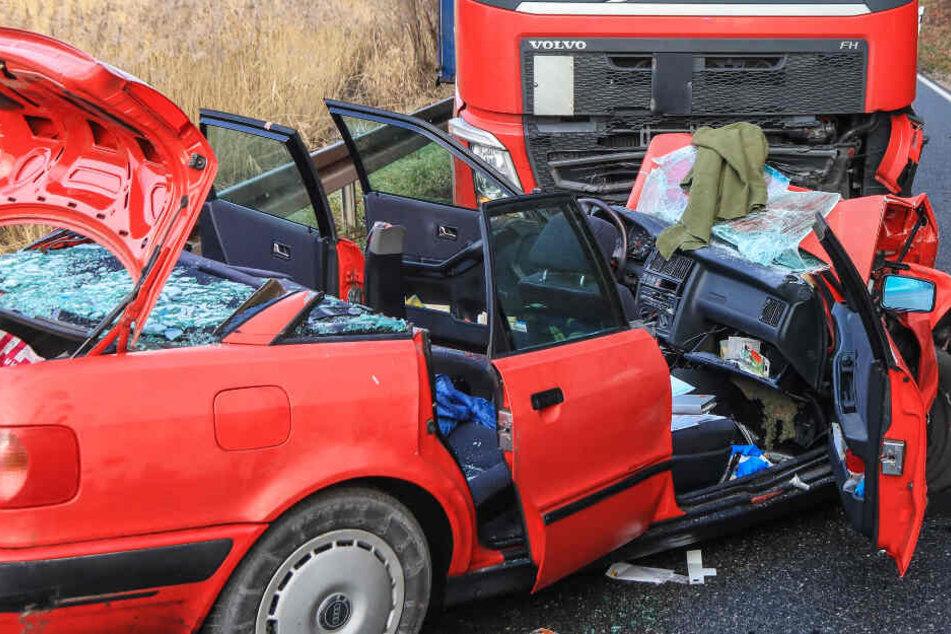 Audi kracht bei Horror-Unfall frontal gegen Lkw: Autofahrer eingeklemmt und schwer verletzt