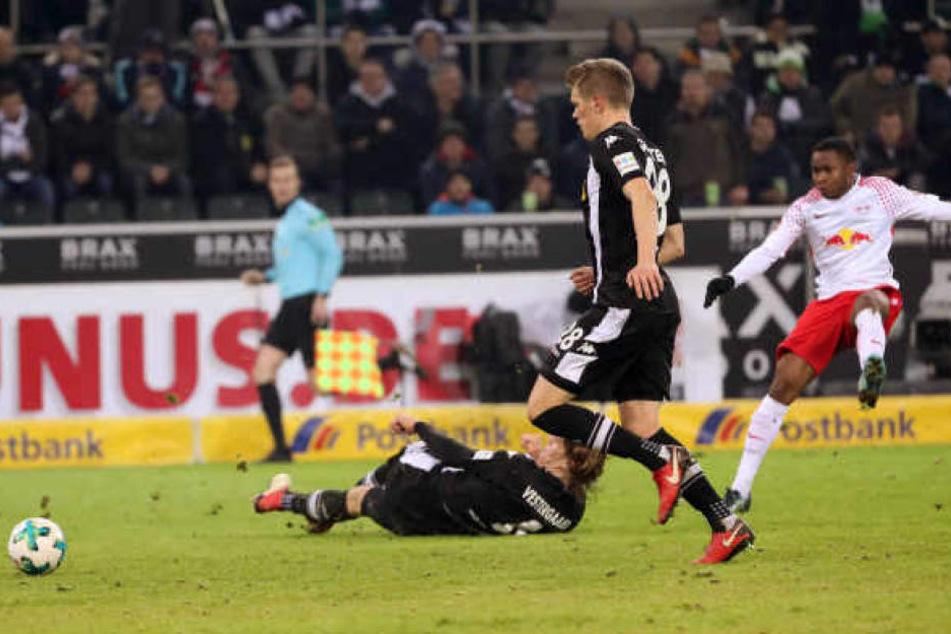 Ademola Lookman, erst wenige Tage zuvor vom FC Everton gekommen, avancierte mit diesem Schuss und dem Tor zum 1:0 in Gladbach zum Matchwinner.