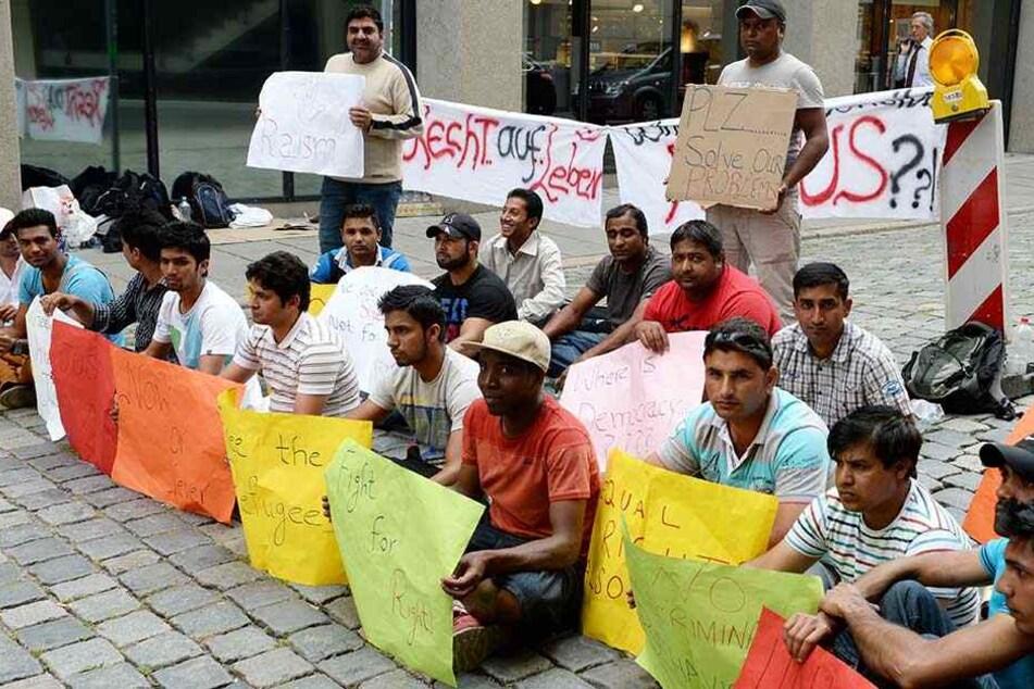 Bereits 2013 demonstrieren in Stuttgart Flüchtlinge gegen Sachleistungen statt Geld.