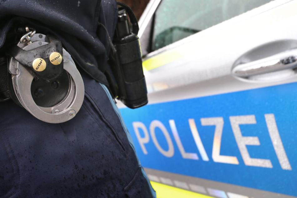 Die Polizisten konnten sich nur mit Sprüngen vor dem fahrenden Wagen retten. (Symbolbild)