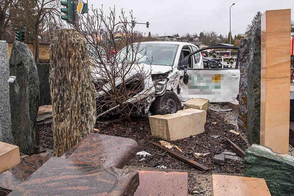 Der VW landete zwischen Grabsteinen.