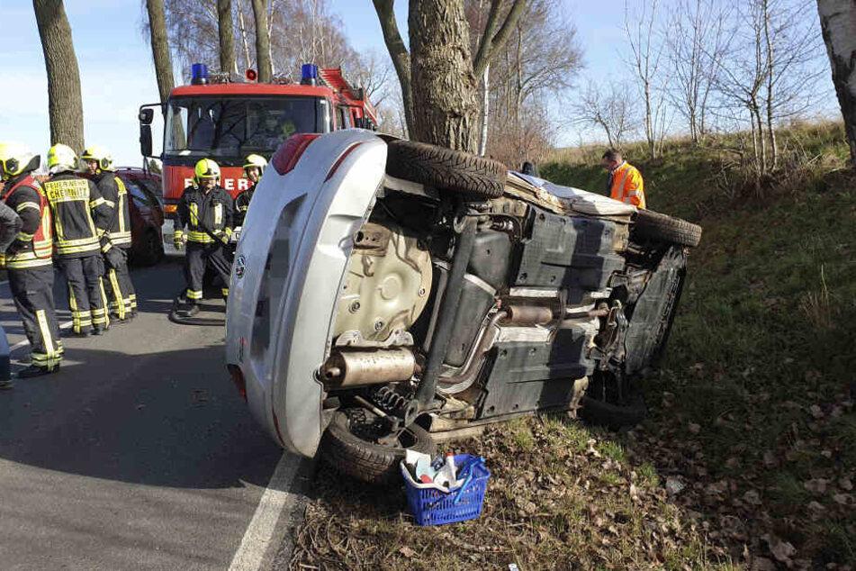 Die Fahrerin musste von der Feuerwehr befreit werden.