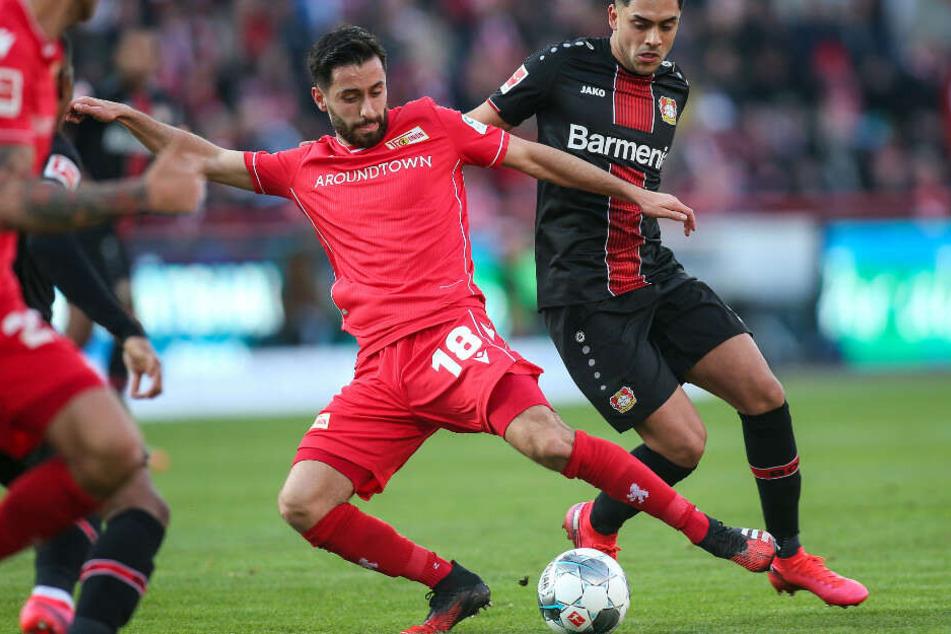 Unions Yunus Malli (l) spielt den Ball vor Nadiem Amiri von Bayer Leverkusen.