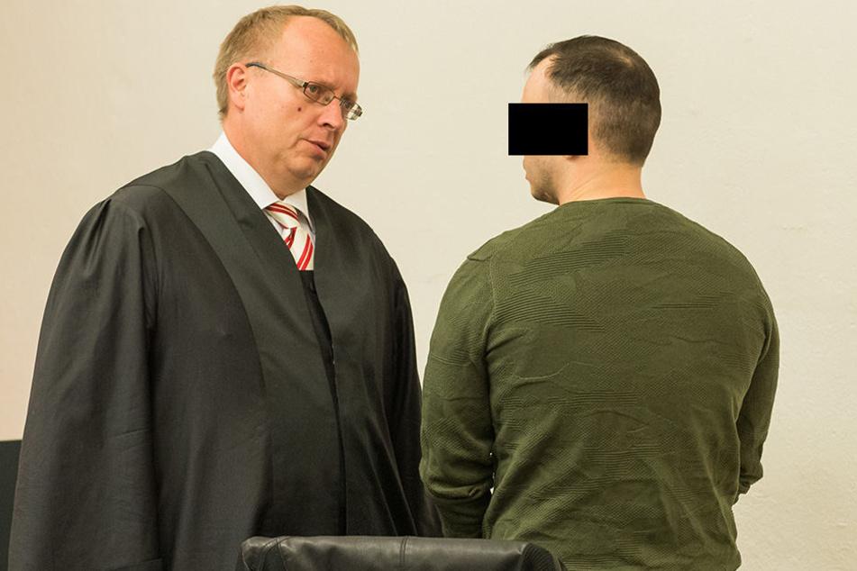 Frank M. (28, r.) im Gespräch mit seinem Anwalt Ulf Israel.