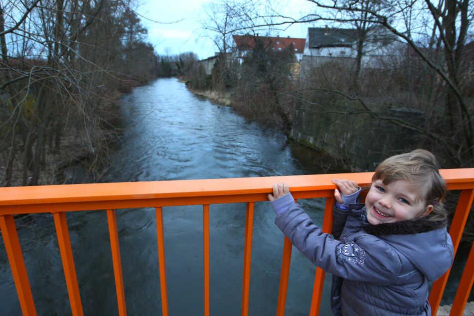 Vivien (6) schickte die Flaschenpost hier in Glauchau auf die Reise.