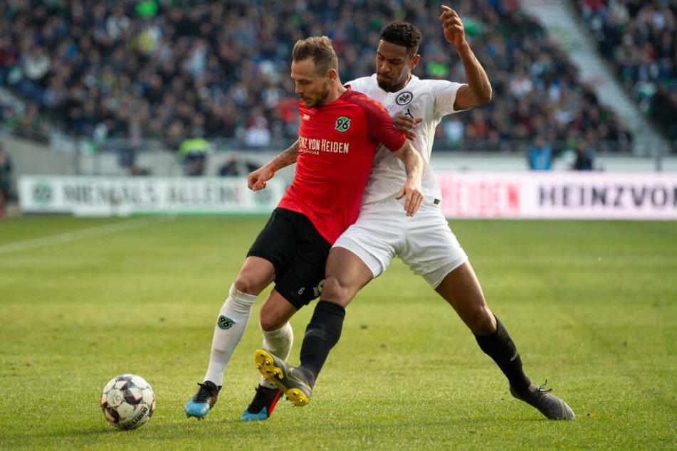 Fazit des ersten Durchgangs zwischen Hannover 96 und Eintracht Frankfurt: Viel Zweikampf - wie hier zwischen Marvin Bakalorz (Li.) und Sebastién Haller - und wenig Chancen.