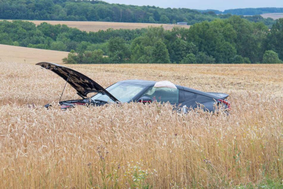 Mitten im Feld landete der 344-PS-Wagen nach dem Unfall.